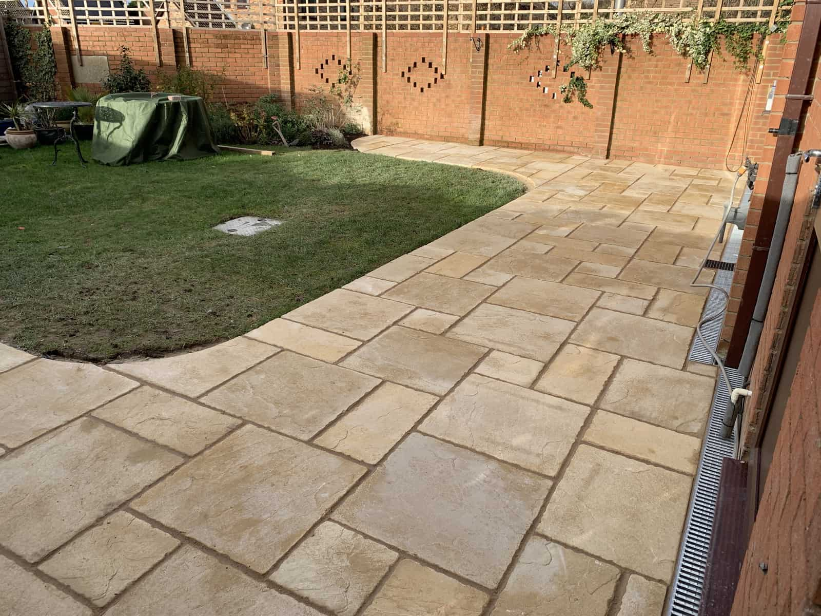 Landscaping a garden. New patio - Calcot / Reading.
